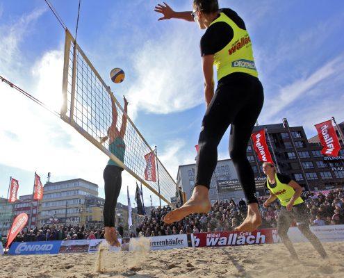 Volleyballerin im Sprung